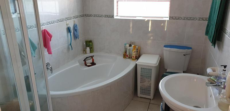 Property For Sale in Uitzicht, Cape Town 12